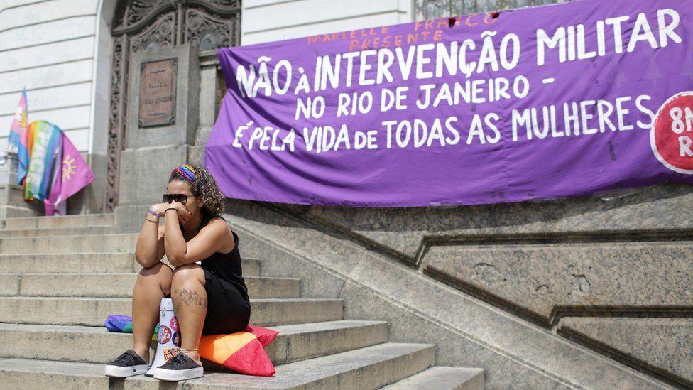 Manifestante junto a una pancarta tras el asesinato de Franco.