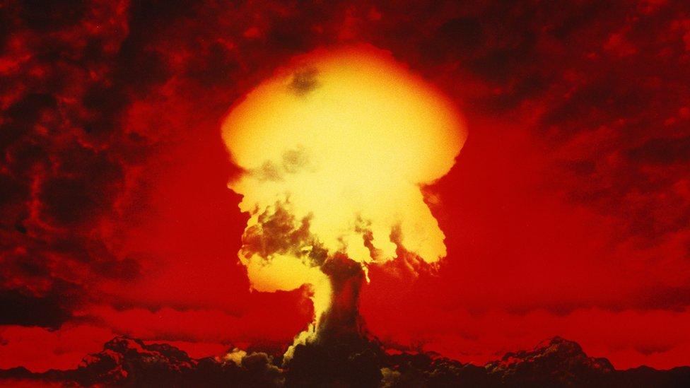 Ilustración de una explosión atómica.