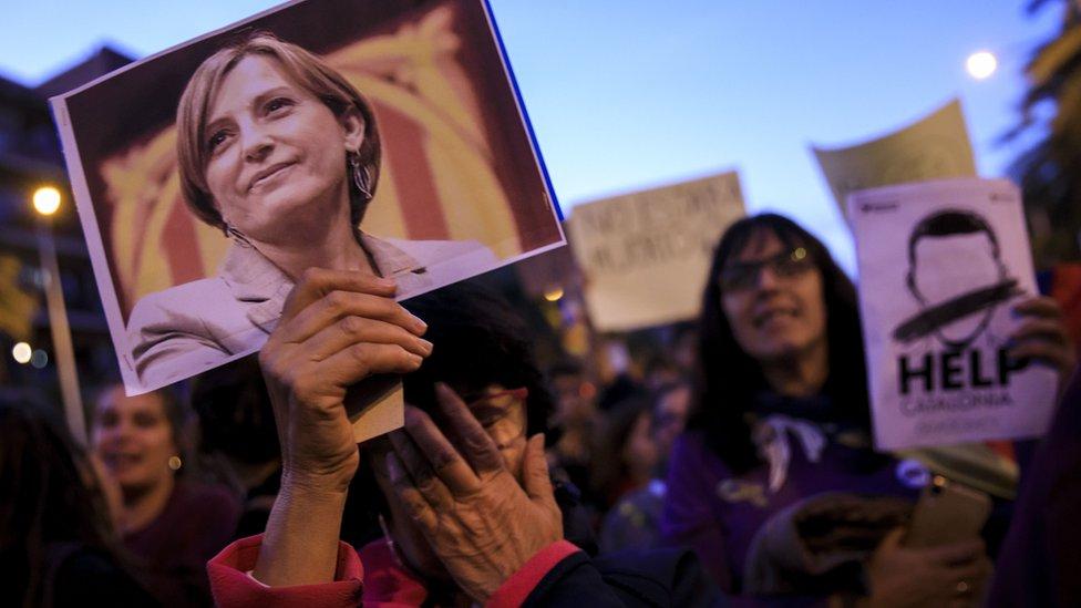El Tribunal Supremo de España ordenó el jueves prisión eludible bajo fianza para Carme Forcadell, expresidenta del disuelto Parlamento catalán y destacada dirigente independentista.