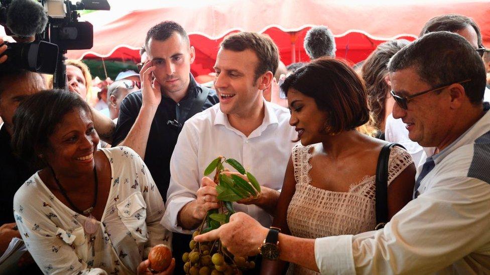 Macron durante una visita a Reunión.