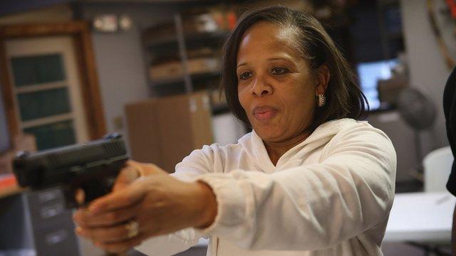 Foto de archivo, mujer afroestadounidense armada.