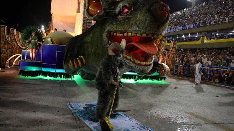 """一些遊行裝飾甚至暗指總統米歇爾·特梅爾(Michel Temer)是一隻""""邪惡大老鼠"""""""