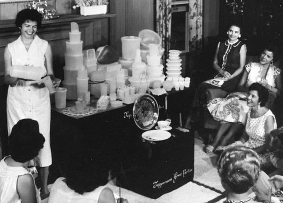 Cuando apareció el Tupperware, el plástico era todo un fenómeno. Hoy su imagen es menos popular, pero se sigue utilizando para todo.