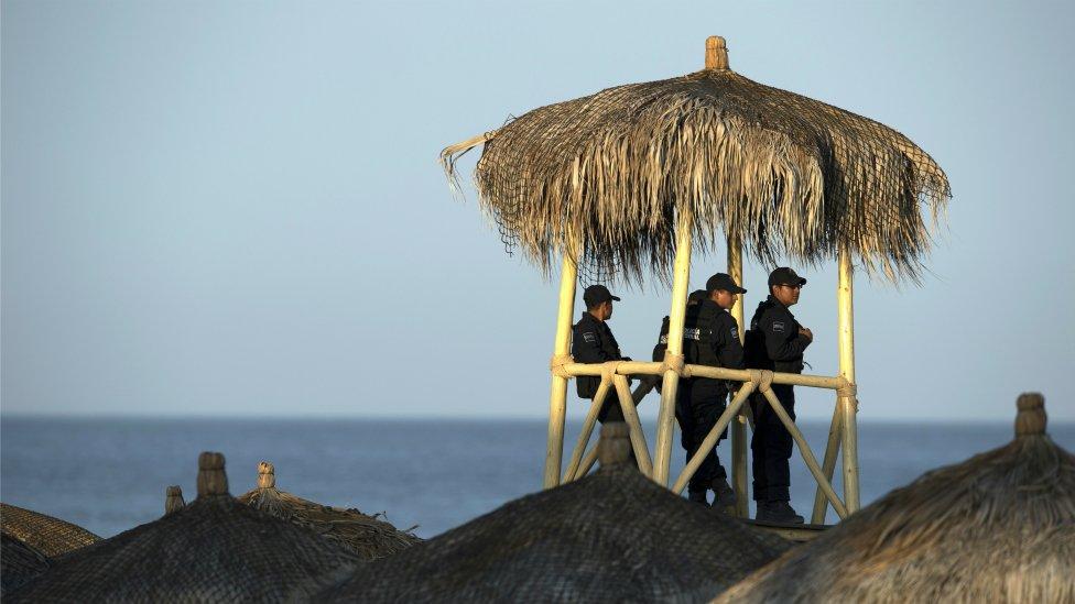 Policías en una cabaña en la playa.