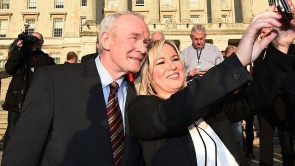 مارتن ماغينس مع زعيمة حزب الشين فاين، ميشل أونيل، في البرلمان المحلي