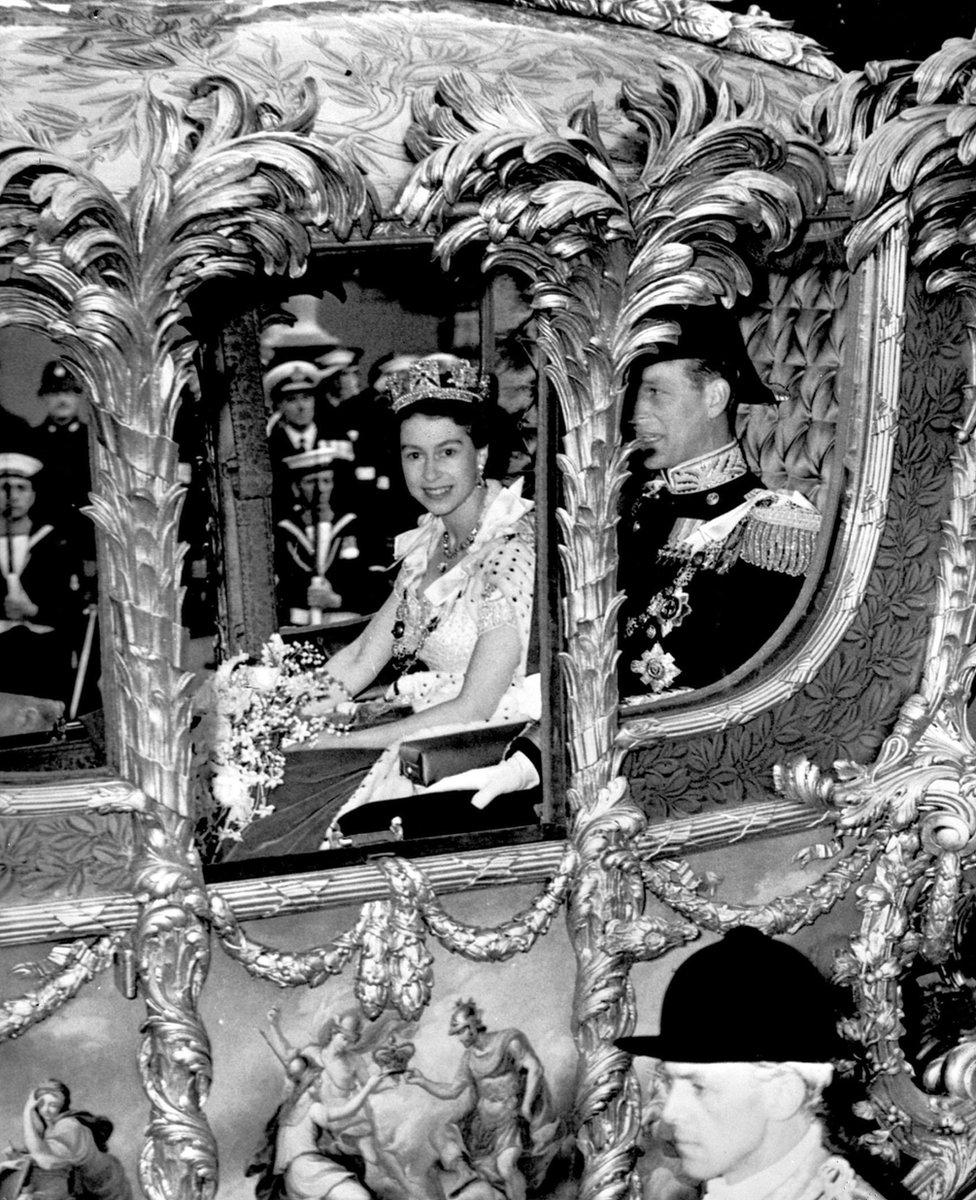 الأميرة إليزابيث في طريقها إلى كاتدرائية ويسمنستر لتتويجها ملكة