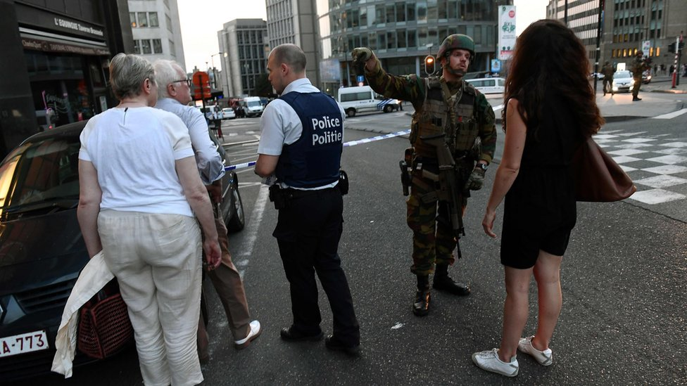 Guardias dirigen a la gente afuera de la estación