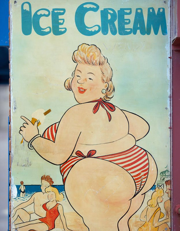 Cartel con señora comiendo helado en la playa