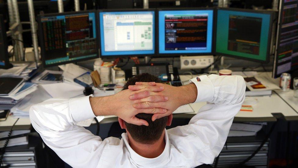 Persona frente a varias computadoras