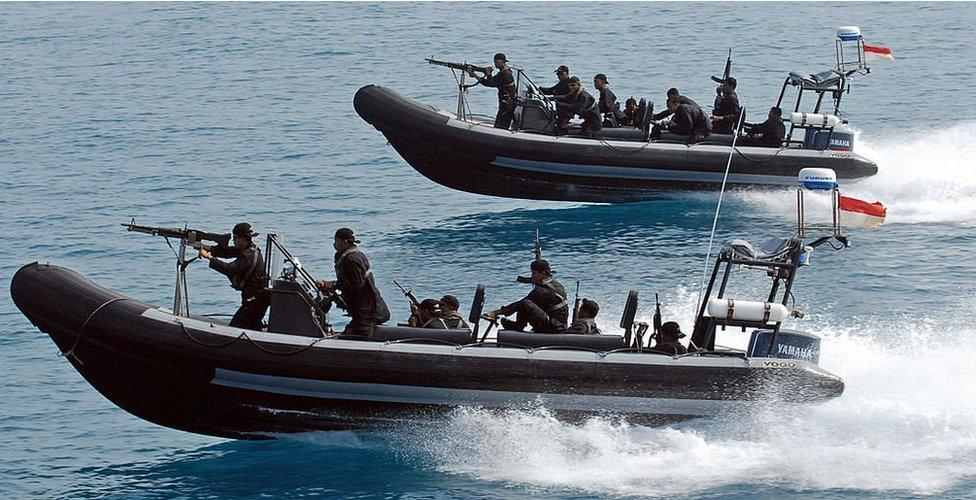Lanchas de alta velocidad de la marina indonesia durante un simulacro de interceptación de un barco pirata. , 27 de julio, 2006.