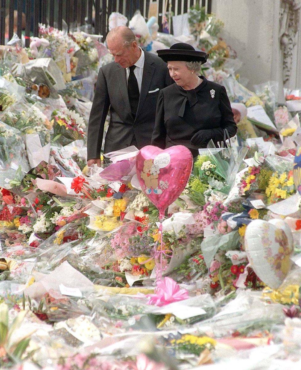 الملكة إليزابيث الثانية تستعرض برفقة زوجها أكاليل الزهور التي وضعها المعزون بوفاة الأمير ديانا في عام 1997