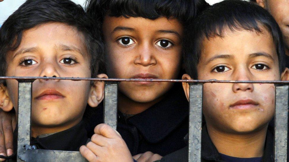 أطفال اليمن يعانون من الجوع والمرض بسبب استمرار القتال