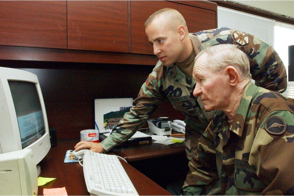 詹金斯在軍事法庭審訊期間,穿上制服,接受電腦應用培訓。