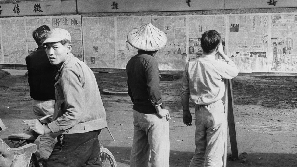 戒嚴時代,台灣民眾在佈告欄前閲讀經政府核准發行的報紙。
