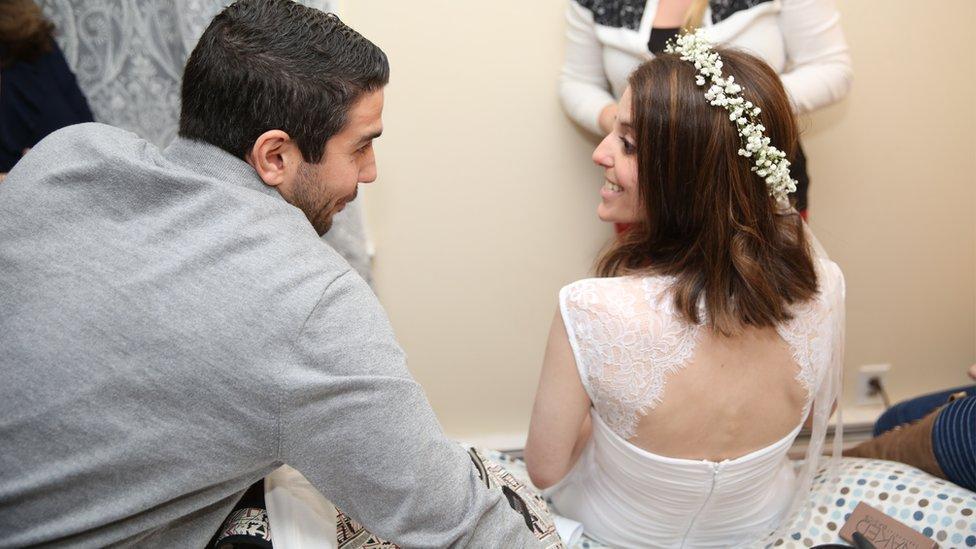 La novia, Nicole, al lado de su hermano, Mike. Foto: Stephanie Scapellati.