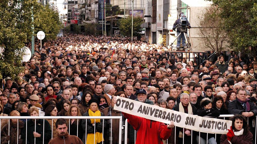 El aniversario de 10 años del atentado al AMIA, en 2004. El cartel podría ser de ahora.