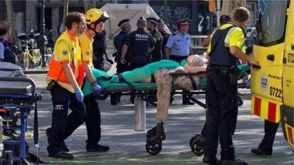 أدى هجوم بشاحنة على حشود السياح إلى مقتل 14 شخصاً واصابة العشرات في منطقة لاس رامبلاس السياحية.