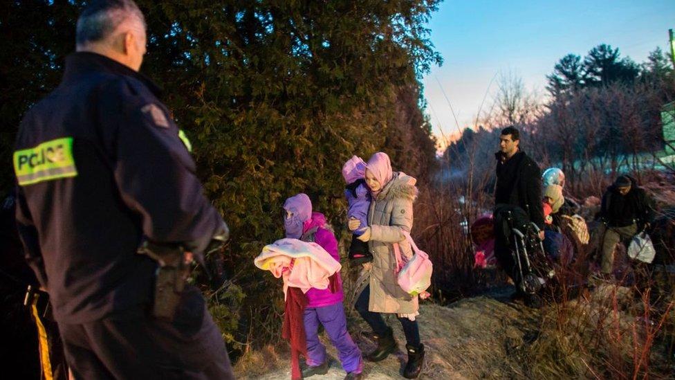 Inmigrantes sin papeles cruzan la frontera desde Estados Unidos hacia Canadá.