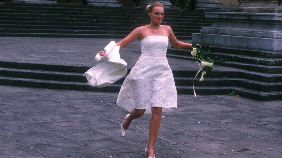 Novia escapándose de la boda