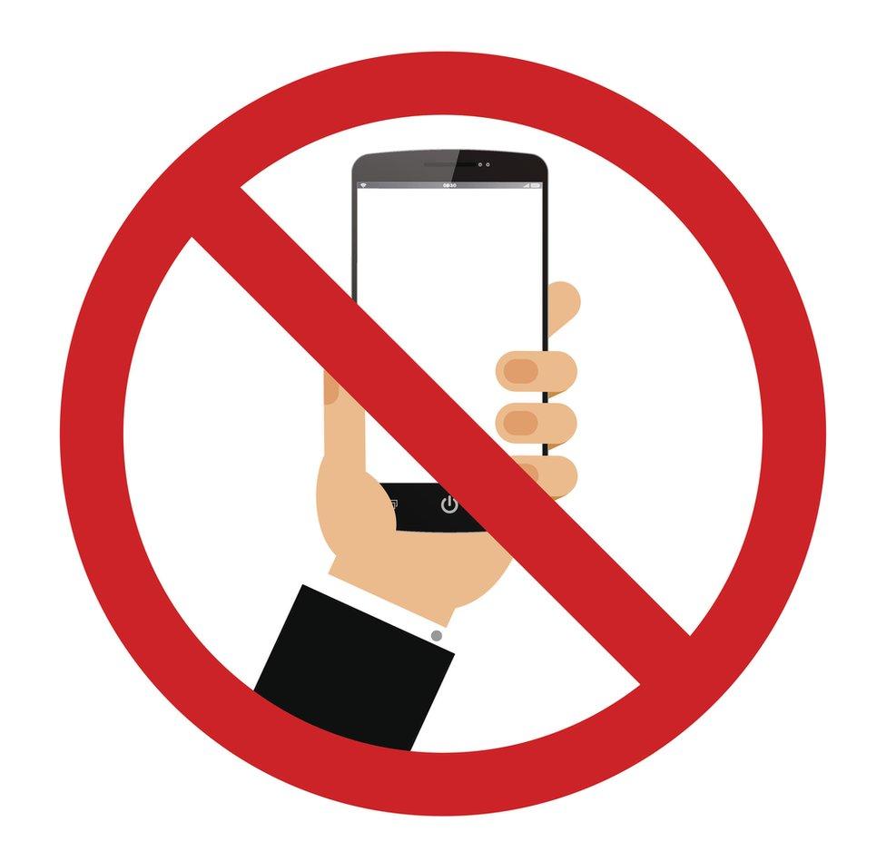 Imagen de prohibido usar el celular.
