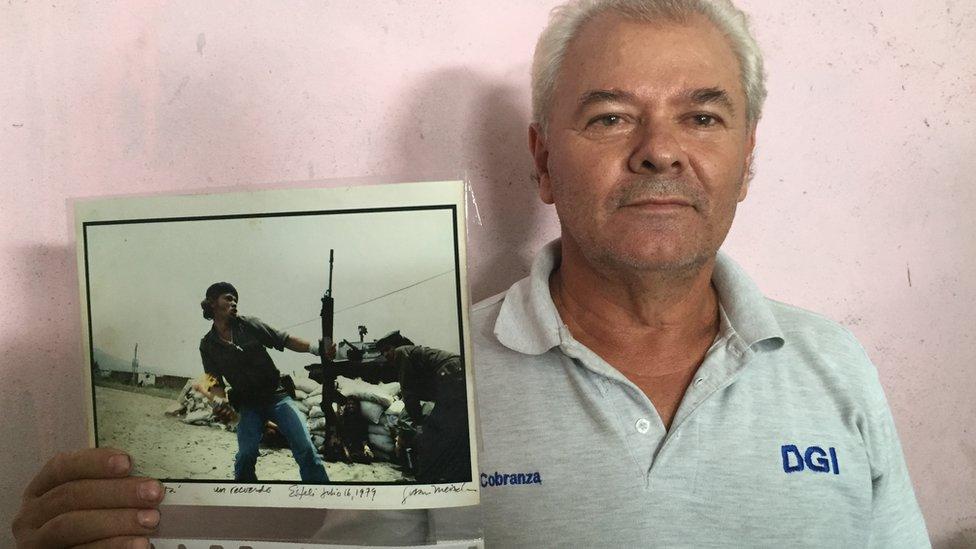 Pablo Aráuz con la foto de Susan Meiselas.