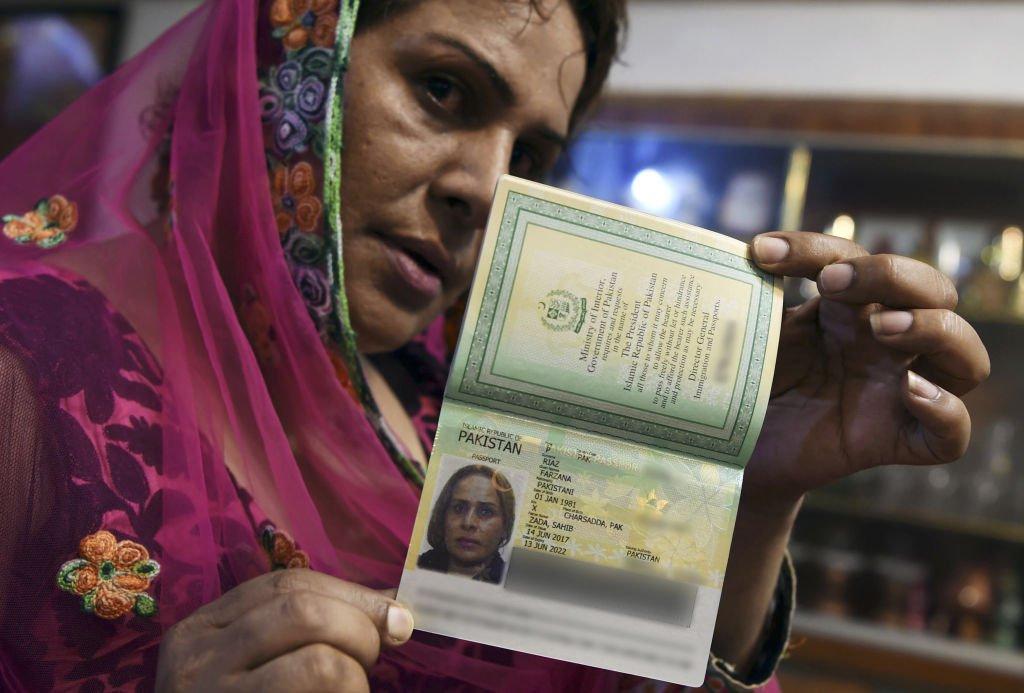 Mujer con pasaporte pakistán
