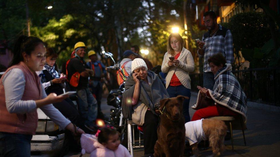 Ciudadanos en Ciudad de México tras un fuerte terremoto.