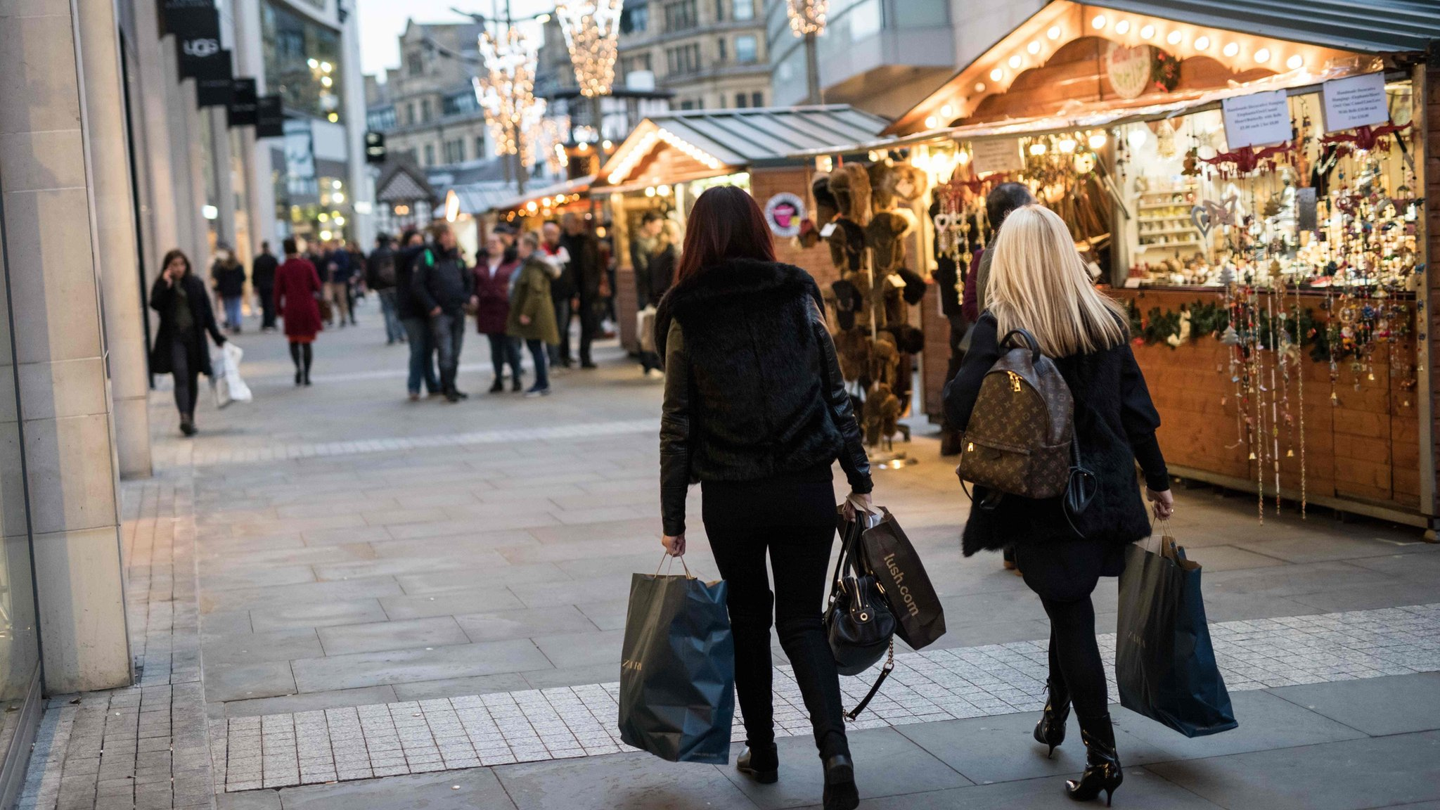 UK retail sales hit by mild autumn
