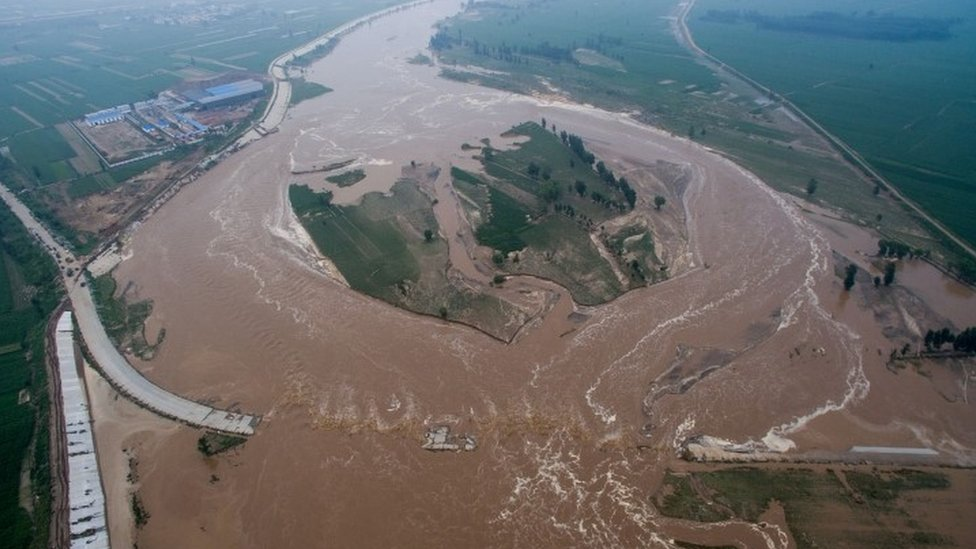 China floods: Dozens killed and hundreds of thousands evacuated