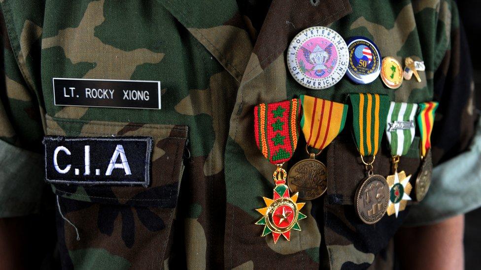 Soldado hmong con sus medallas
