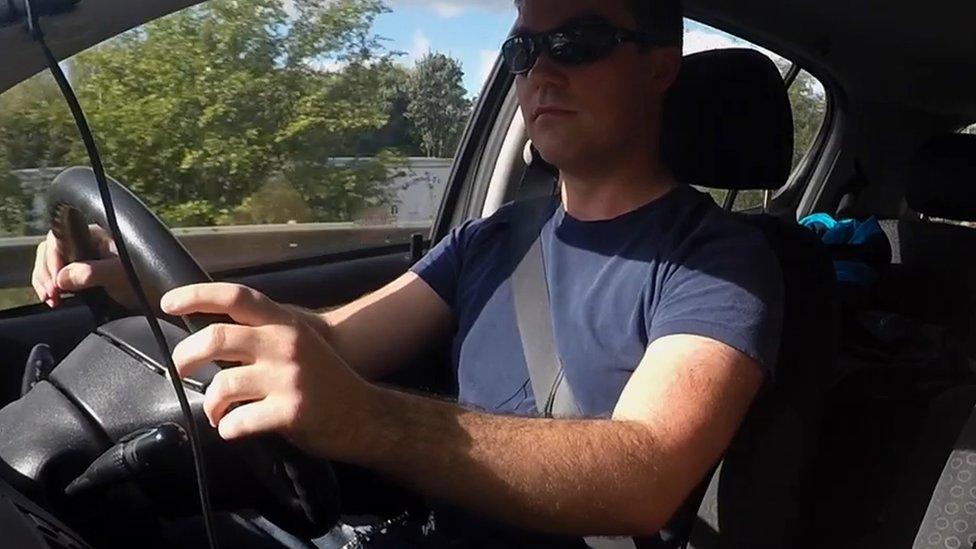 Vaughan conduciendo.