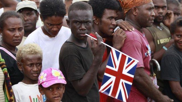 Personas esperando en las islas Salomón la llegada del príncipe William.