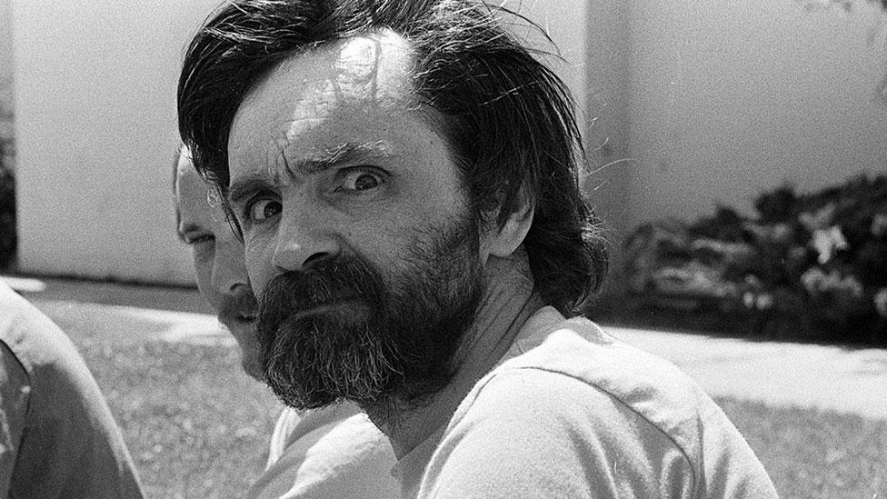 John Douglas, el hombre que logró meterse en la mente de asesinos en serie  y creó los primeros perfiles criminales del FBI - BBC News Mundo