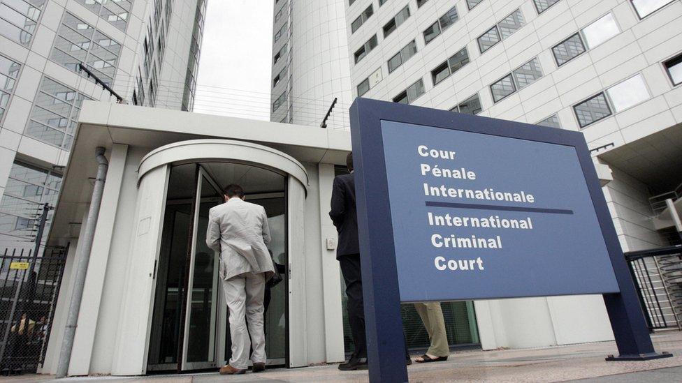 Un hombre, a la entrada de la Corte Penal Internacional de La Haya.