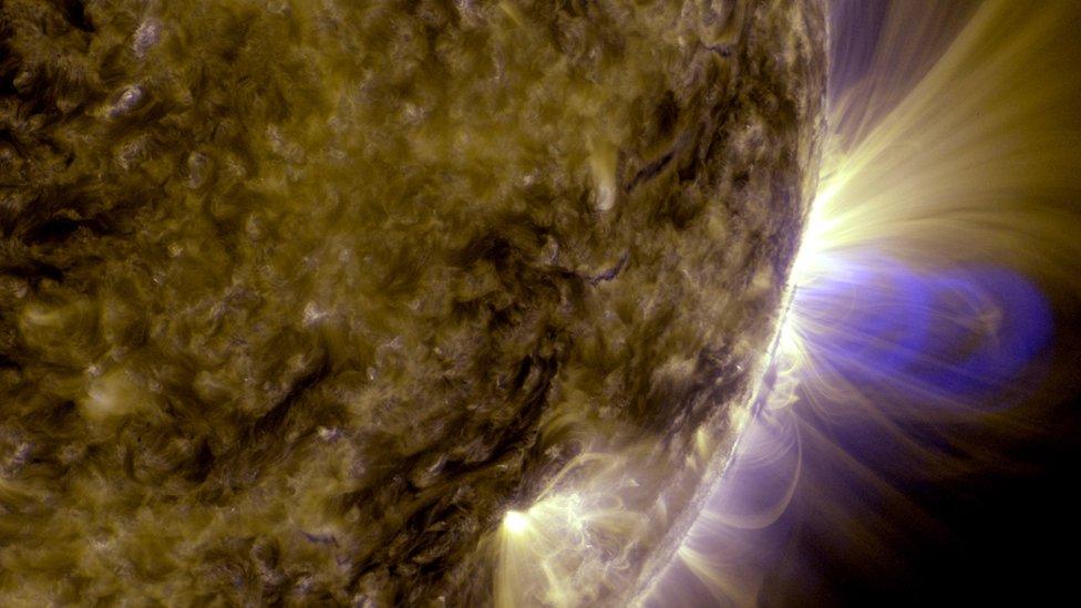Las cuerdas de flujo magnético (que se muestran a la derecha) están en el corazón de las tormentas solares.