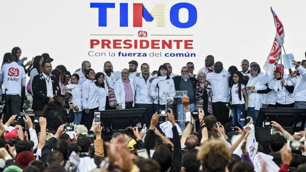 Rodrigo Londoño junto a su familía, amigos y seguidores