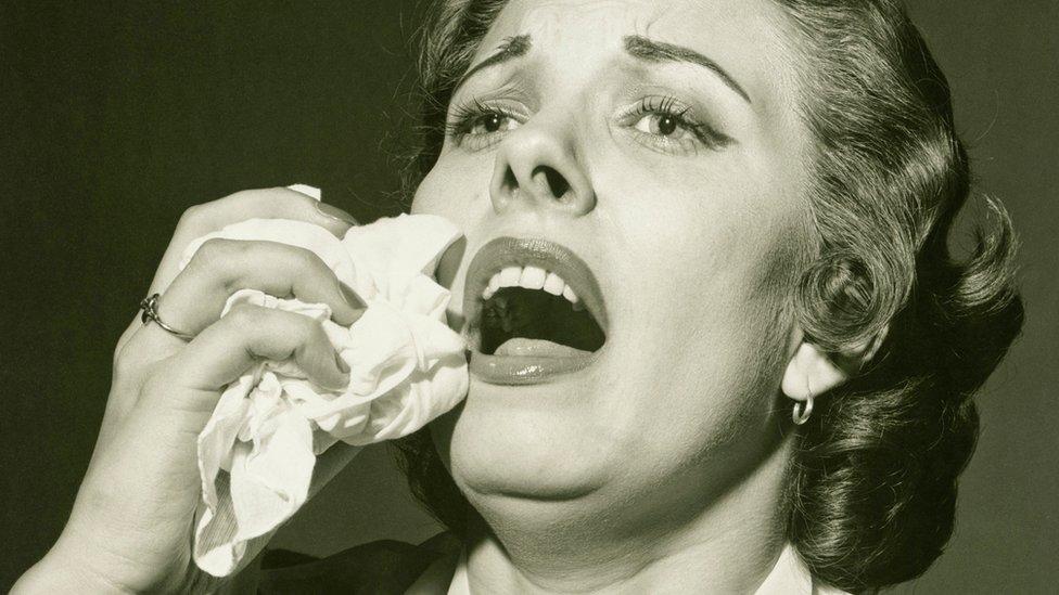 Mujer a punto de estornudar