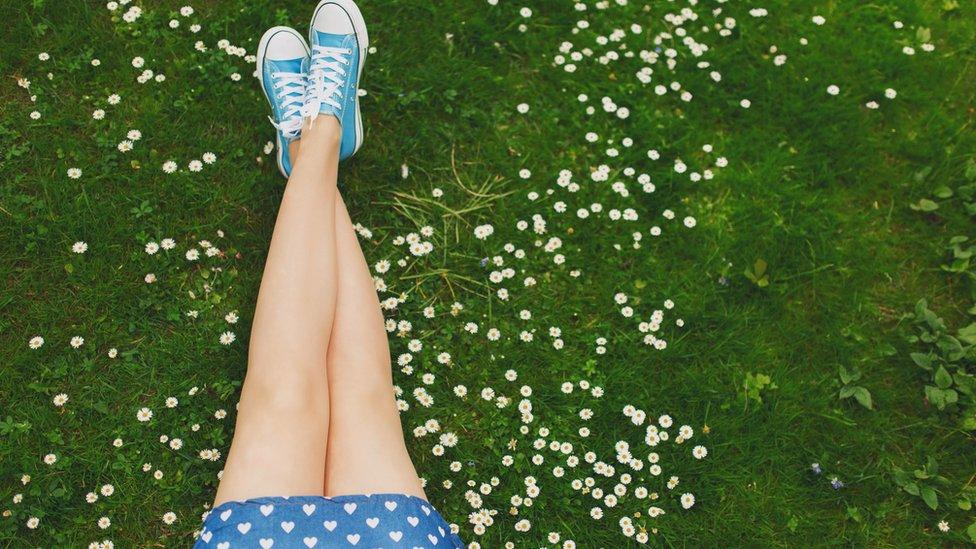Niñas con las piernas cruzadas