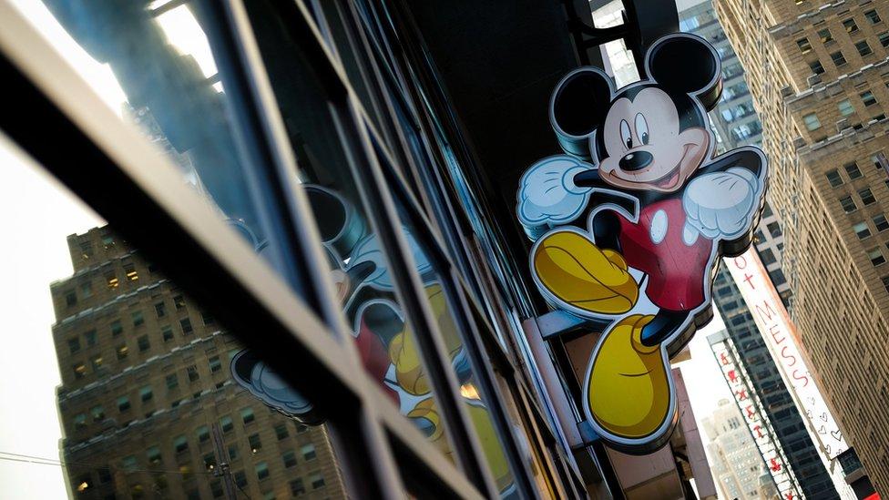 Una imagen de Mickey Mouse a las afueras de la tienda de Disney en Times Square.