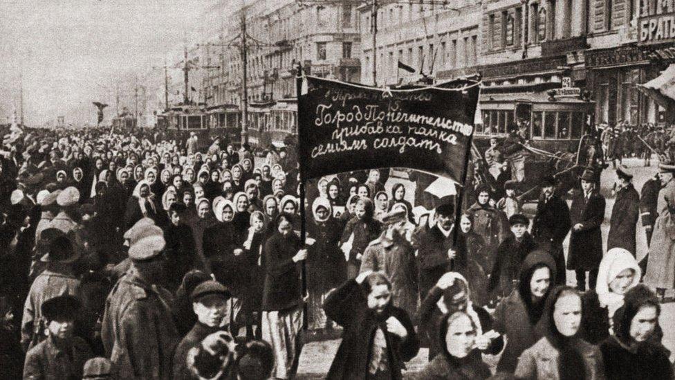 Miles de mujeres salieron a manifestarse el 23 de febrero de 1917 en Petrogrado.