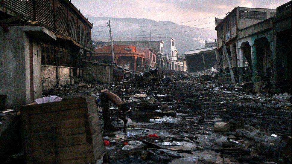 Calle en Puerto Príncipe destrozada tras el terremoto de 2010.