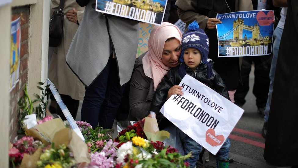 Homenaje con flores a las víctimas del ataque de Londres.
