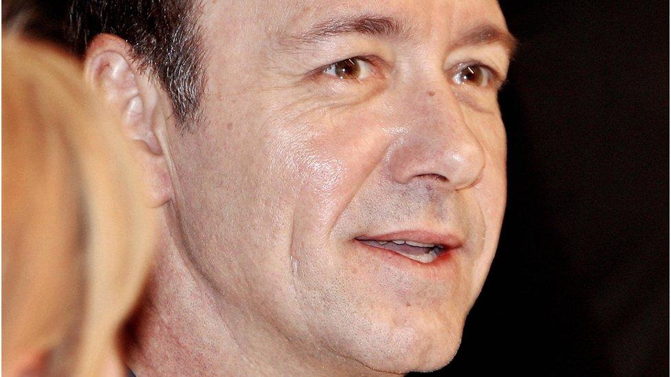 上個月,倫敦的老維克劇院說已經有20人前來投訴史派西的不檢點行為。他曾在老維克劇院做過藝術總監多年。
