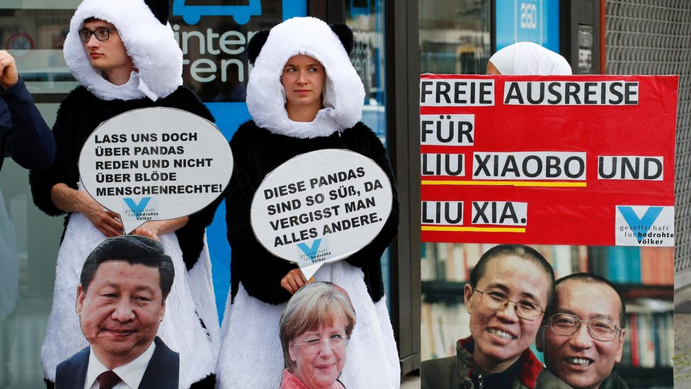 El presidente chino Xi Jinping visitó Berlín la semana pasada, donde manifestantes protestaron para que la pareja abandonara China.