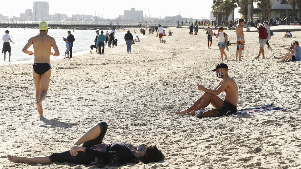 Beachgoers wear masks during lockdown in Melbourne on 6 September 2020