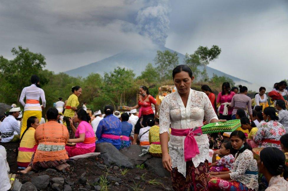 Ceremonia hinduista frente al volcán Agung.