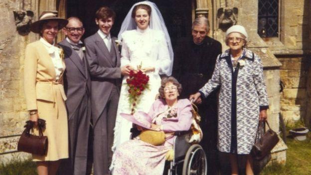 特里莎·梅1980年和菲利普結婚。自左至右,菲利浦的母親喬伊、父親約翰、菲利普、特里莎、特里莎的父親休伯特和外婆維奧列特·巴恩斯,輪椅上是她的母親扎伊德