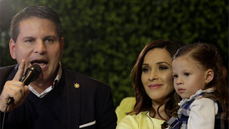 Fabricio Alvarado, junto a su esposa Laura Moscoa (a la derecha, con una de sus hijas en brazos), se dirige a sus simpatizantes en San José, capital de Costa Rica, el 4 de febrero de 2018.