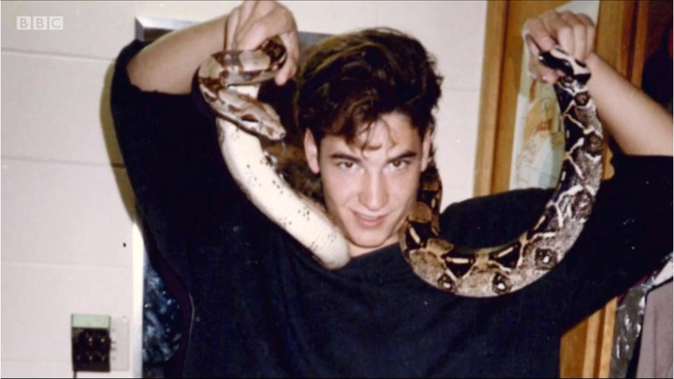 Steve con una serpiente siendo adolescente.