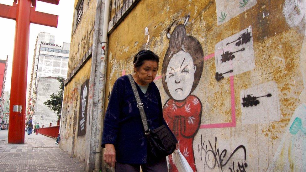 Una mujer en el barrio Liberdade de Sao Paulo